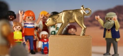 """O bezerro de ouro na passagem encenada por figuras da Playmobil no filme do YouTube """"The Bible to go"""". (Foto: Reprodução / Evangelisch)"""