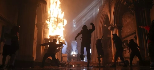 Vândalos destroem interior da Igreja de San Francisco de Borja, em Santiago, após início de confrontos em manifestação na capital do Chile. (Foto: Esteban Felt/AP)