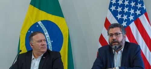 O secretário de Estado dos EUA, Mike Pompeo, e o chanceler do Brasil Ernesto Araújo. (Foto: Bruno Mancinelli/AFP)