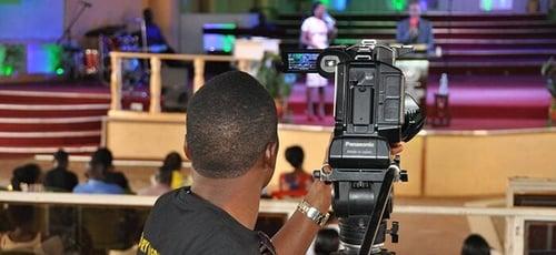 Transmissão de cultos online pela Glory Media House. (Foto: Reprodução / Facebook)