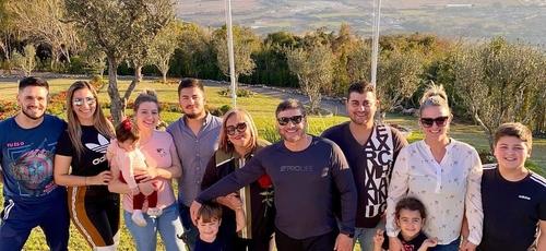 Pastor Joel Engel ao lado da esposa, filhos, netos, noras e genro. (Foto: Ministério Engel)