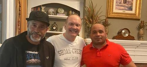 O pastor James Merritt (ao centro) levou os irmãos Bartolo e Osmani à fé em Cristo usando o aplicativo Google Translate em seu telefone. (Foto: Reprodução/Twitter).