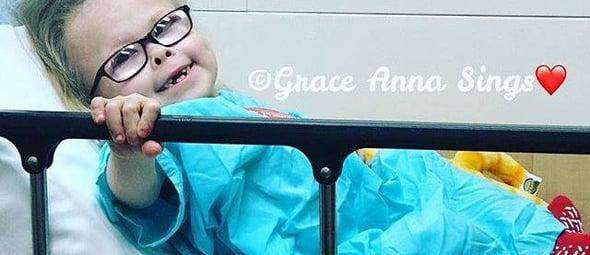 A pequena garota recebe centenas de vídeos e cartas de pessoas que compartilham como sua história as tocou. (Foto: Reprodução).