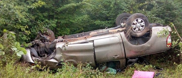 Imagem mostra veículo capotado em ribanceira, próximo a Teresina, capital do Piauí. (Foto: Reprodução/Facebook)