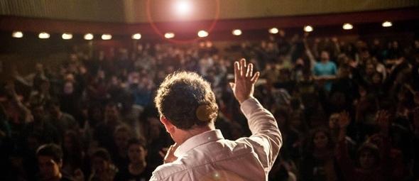 Jonathan passou os últimos 30 anos no evangelismo e cura, falando para multidões de até 300 mil pessoas. (Foto: Reprodução/Facebook/Mission 24)