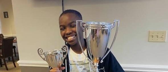Tanitoluwa Adewumi, de 10 anos, é o mais novo mestre nacional de xadrez dos EUA. (Foto: Reprodução/Facebook).