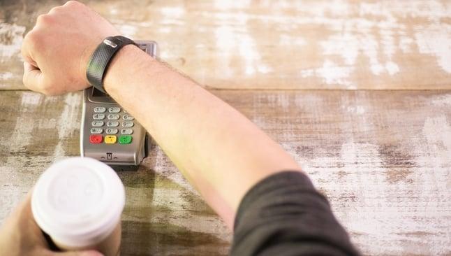 A ATAR Band é uma pulseira inteligente equipada com um chip NFC, que pode transferir dinheiro para qualquer máquina de cartões compatível com a tecnologia contactless. (Foto: Divulgação)