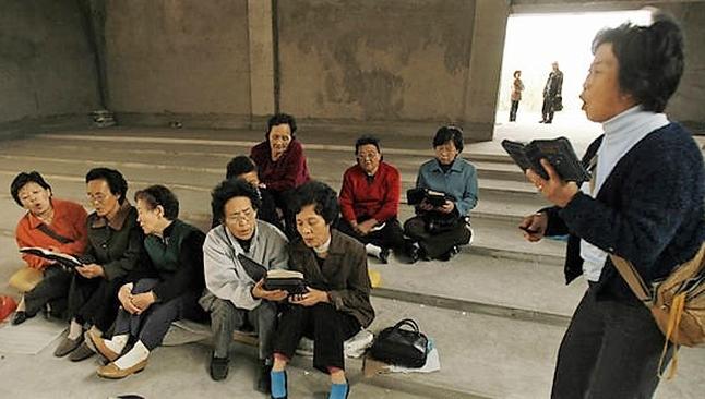 Na Coreia do Norte, os cidadãos são proibidos até mesmo de ter uma Bíblia ou manter amizade com algum cristão. (Foto: Express)