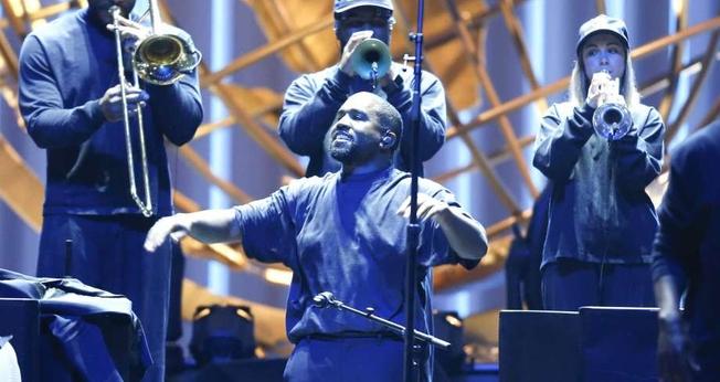 Kanye West em apresentação com o coral do Sunday Service na Lakewood Church. (Foto: Elizabeth Conley)