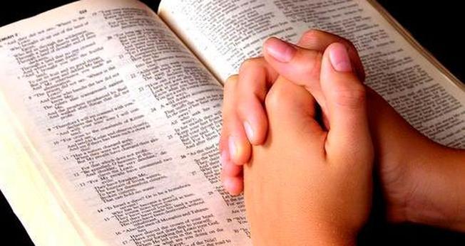 Bíblia e oração. (Foto: segurawillian.blogspot.com)