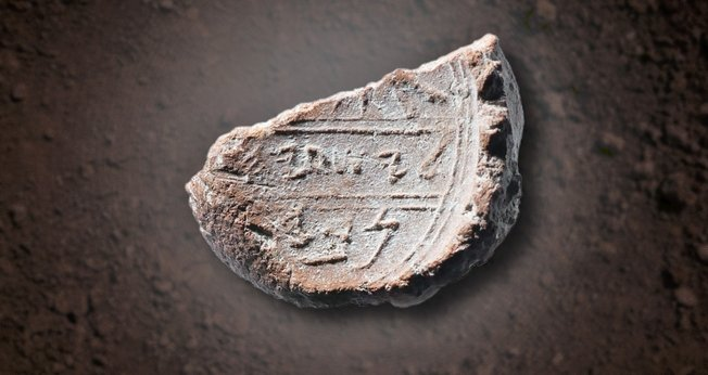 Pedra encontrada por arqueólogos seria a 'form' usada pelo profeta Isaías para selar seus documentos e escritos. (Foto: The Trumpet)