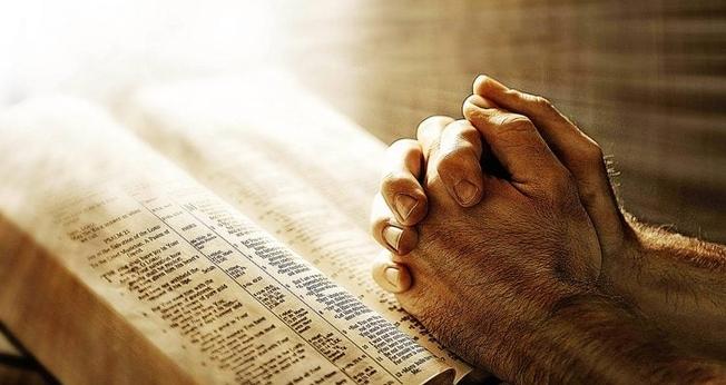 Bíblia e oração. (Foto: Getty)