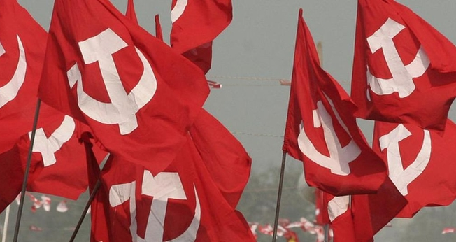Bandeiras comunistas tremulam no ar durante ato após a morte de líder maoísta. (Foto: scroll.in)