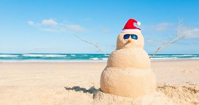 Boneco de areia montado na praia, com caracterização natalina. (Foto: bpcp.org)