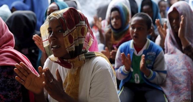 Mulheres e crianças cristãs da Eritreia e Etiópia participam de culto. (Foto: Reuters)