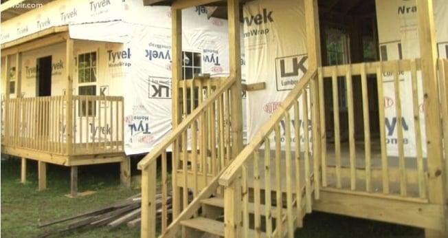 Pequenas casas construídas pela Crossroads Community Baptist Church, em McCreary, no Kentucky. (Foto: Reprodução/WBIR)