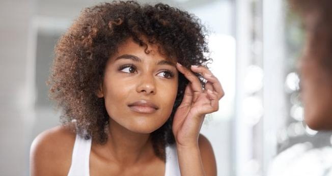 Siga dicas para manter as sobrancelhas cheias, saudáveis e sem falhas. (Foto: People Images/Getty Images)