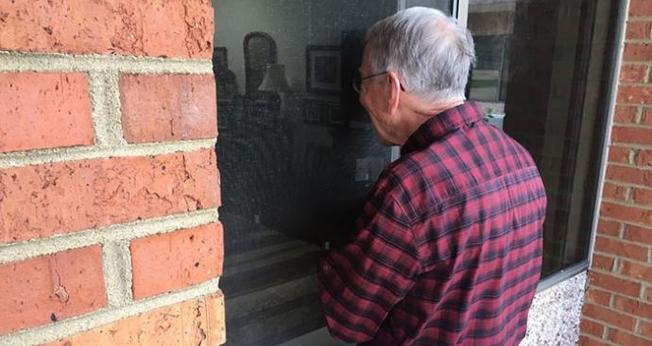 Em meio à pandemia de coronavírus, o Dr. John Kline passa cerca de 15 minutos por dia na janela da casa de repouso de sua esposa. (Foto: WSF)