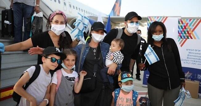 Ministra da Imigração (à direita) recebe judeus franceses em Israel. (Foto: Olivier Fitoussi/International Fellowship of Christians and Jews)