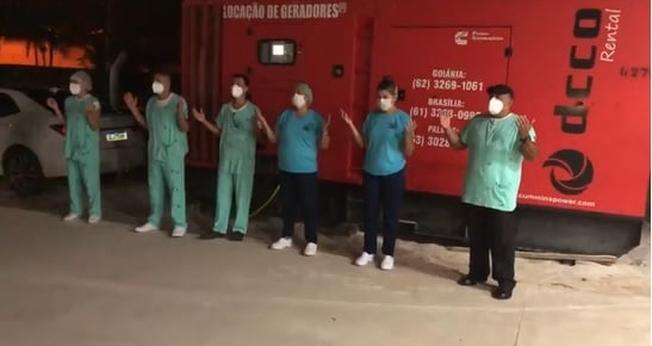 Pastor e profissionais de saúde se reuniram do lado de fora do hospital para louvar e orar pelos pacientes internados. (Imagem: Facebook)