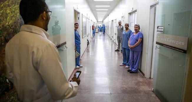 Músico canta quase todos os dias no horário de almoço no hospital. (Foto: Fabio Moraes)