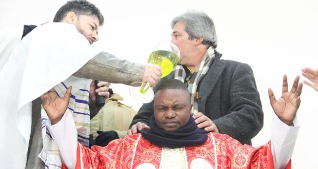 Arcebispo africano Bwambale Monday Wilson é ungido pelo Ap. Joel Engel. (Foto: Divulgação)