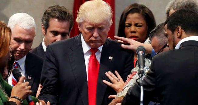 Donald Trump recebeu orações de líderes religiosos logo após sua eleição. (Foto: Jonathan Ernst/Reuters )