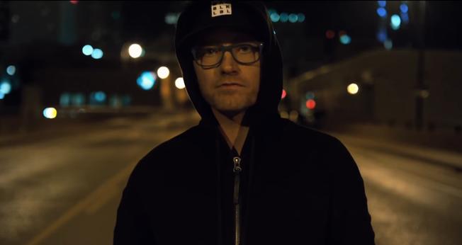 O vídeo de Eric Welch aborda o tema do protesto contra a violência policial. (Foto: Reprodução).