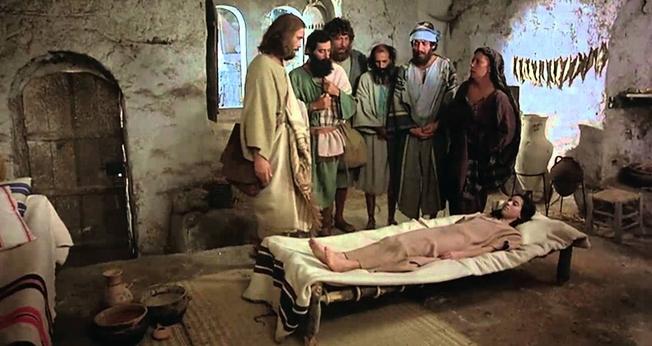 """Cena do filme """"Jesus"""", no qual a filha de Jairo é ressuscitada por Jesus. (Imagem: Youtube)"""