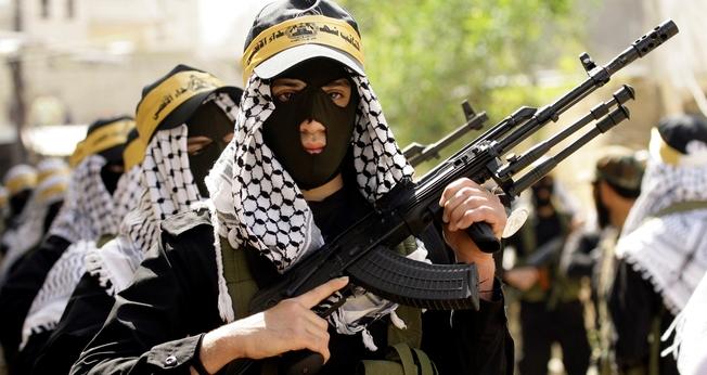 Terroristas do Fatah se apresentam em desfile. (Foto: OS News)