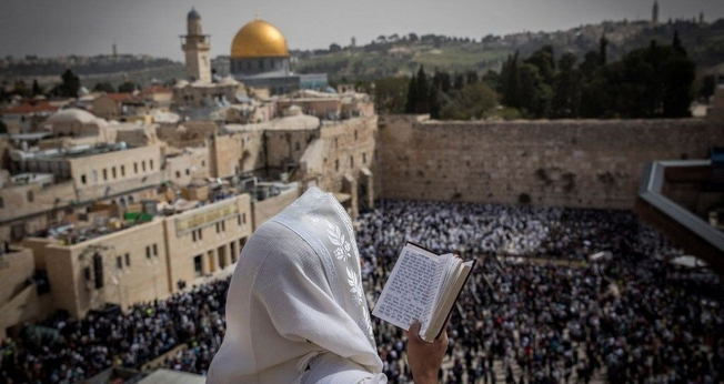 Judeu com um xaile de oração diante do Muro das Lamentações, em Jerusalém. (Foto: Yonatan Sindel/Flash90)