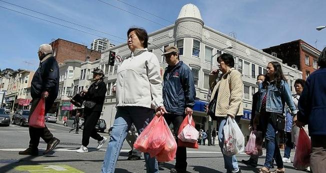 Para não aparentar ser uma turista e se passar como uma moradora local, aposte na sacolinha. (Foto: Reprodução)