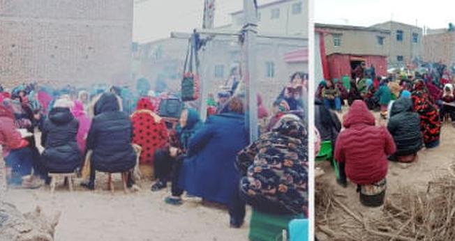 Crentes acendem uma fogueira por causa do frio e fazem culto ao ar livre e em meio a escombros. (Foto: Reprodução/Bitter Winter)
