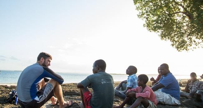 Missionário compartilhando o Evangelho. (Foto: Reprodução/IMB)