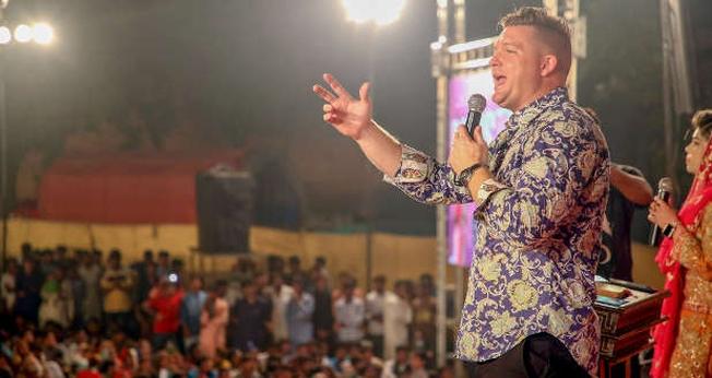 O evangelista Chris Mikkelson compartilha o evangelho no Paquistão. (Foto: Reprodução/Chris Mikkelson)