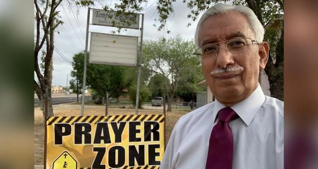 O pastor do Templo Emanuel, Dino Espinoza, que teve a ideia de montar drive-thru de oração em sua igreja. (Foto: Reprodução/ AG News)