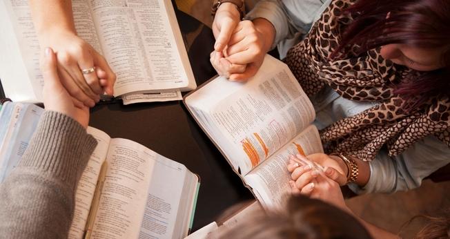 Estudo mostra que mais de 181 milhões de americanos abriram a Bíblia no ano passado. (Foto: Canva)