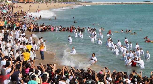 Assembleia de Deus reúne multidão em grande batismo, na Praia de Iracema