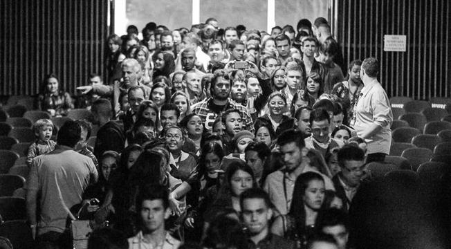 Jovens entrando no auditório da Estância Árvore da Vida