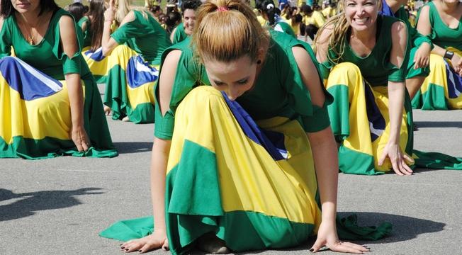 Ministérios se reúnem em Flash Mob de dança em prol da paz na Copa