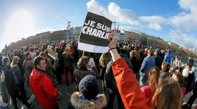 Antes do ataque terrorista recente, Charlie Hebdo havia sido processada 13 vezes por organizações católicas