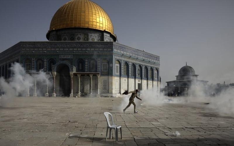 Palestino em confrontos policiais israelenses em frente ao Domo da Rocha, em Jerusalém. (Foto: Mahmoud Illean/AP)
