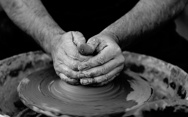 Oleiro trabalha o vaso. (Quino Al/Unsplash)