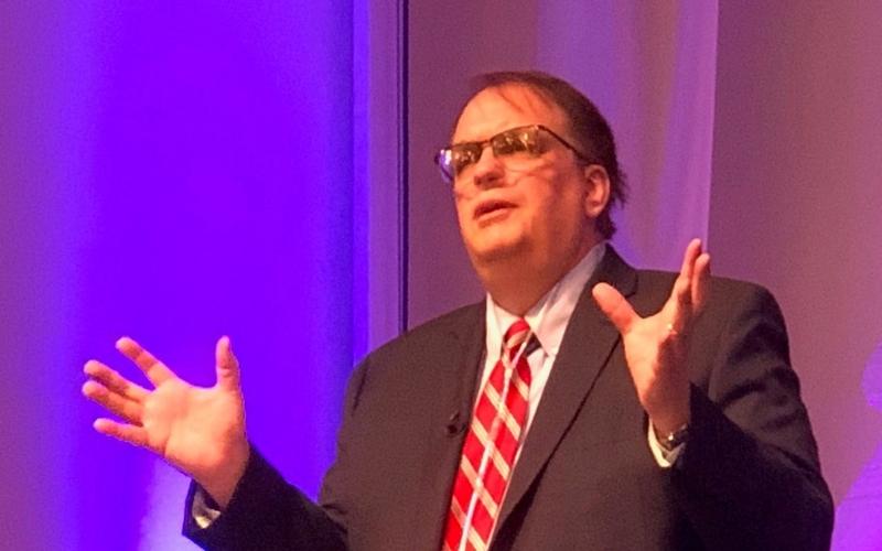 O cardiologista David Bush, que se recuperou de um sério câncer, conta seu testemunho em sua igreja. (Foto: Mark Maynard/BP News)