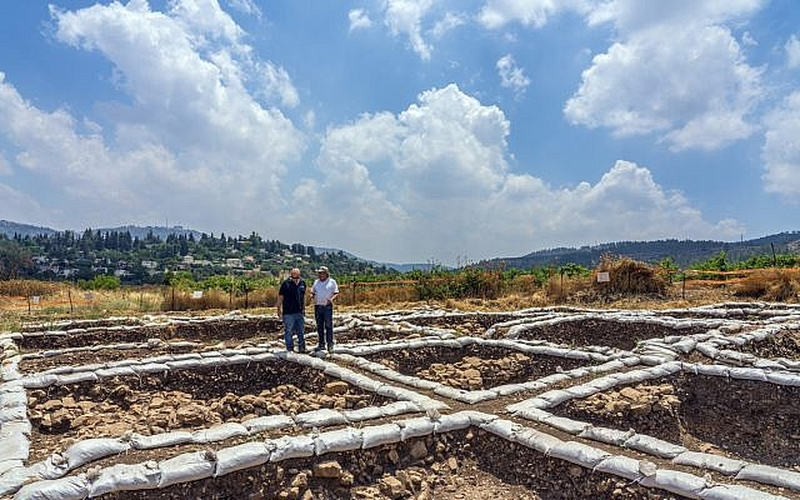 Dr. Hamoudi Khalaily (esquerda) e Dr. Jacob Vardi, diretores das escavações em Motza, em nome da Autoridade de Antiguidades. (Foto: Yaniv Berman/Autoridade de Antiguidades de Israel)