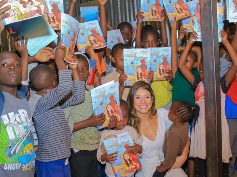 Julia Malucelli durante distribuição do livro 'A Rainha Ester' no Quênia. (Foto: Divulgação)