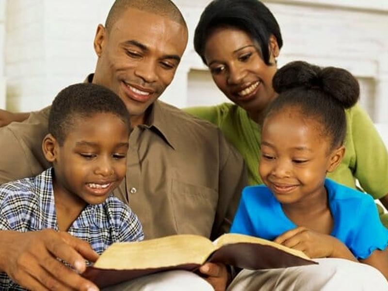 Família lendo a Bíblia. (Foto: Getty)