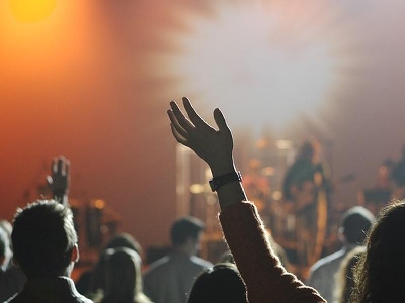 Imagem mostra momento de adoração em culto. (Foto: Eric Geiger)