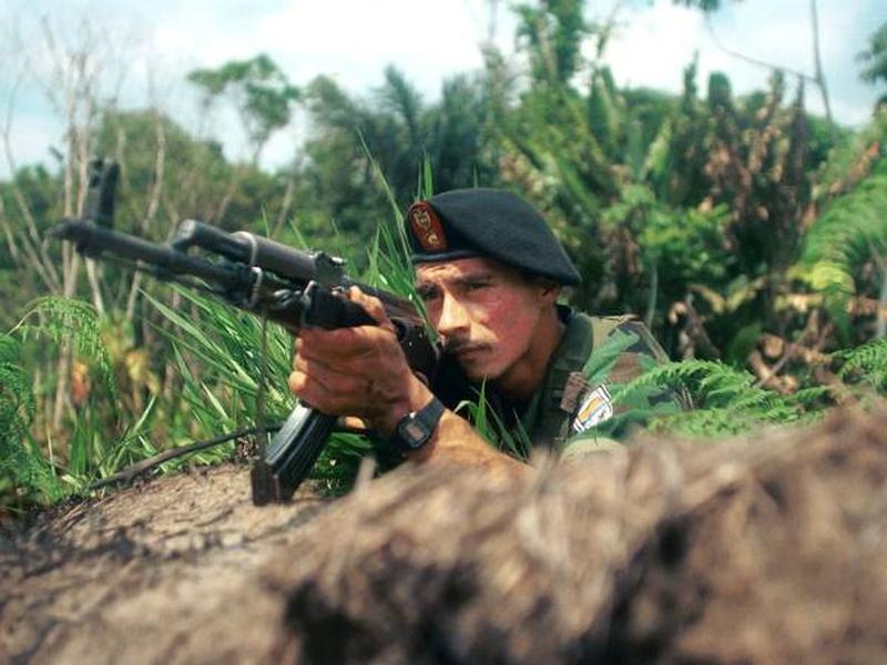 Guerrilheiro das Forças Armadas Revolucionárias da Colômbia (Farc) é fotografado na Colômbia. (Foto: Carlos Villalon/Getty Images)