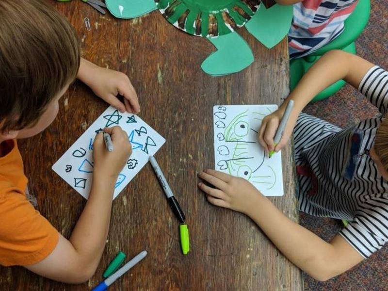 Crianças do jardim de infância desenham em atividade escolar. (Foto: Ktoo)